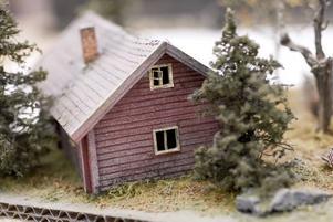 ÖDETORPET. Taket har sjunkit ihop, staketet är murket och täta granar kryper inpå knutarna. Niclas har fångat stämningen kring ett ödetorp om hösten.