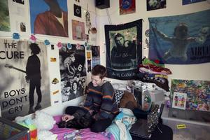 Tindra Ferner i sitt rum – ett kreativt kaos med bandplanscher, husdjur och kreativt smink.