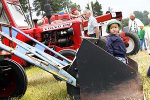 Tvåårige Oskar Degerman provar en enligt hans mening