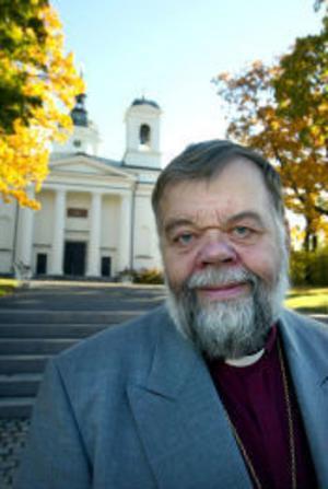 Tony Guldbrandzén, biskop, Härnösands stift:– Det är ett otäckt beslut som inte tar hänsyn till de människor som har det svårt i vårt land. Det här är att leka med människor. I den nya lagen ger man bättre skydd för människor som flyr från förhållanden i sina hemländer, och det är bra. Men det humanitära skälet har tagits bort, och ersatts av