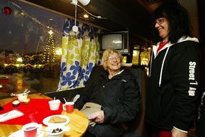 Maud Andersson trivdes utmärkt i Street Aids buss där Maria Johansson serverade kaffe och glögg under skyltsöndagen.