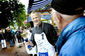 MÄSTARE. Tommy Thorsander blev svensk mästare i strömmingsrensning efter att ha rensat 20 fiskar på drygt 54 sekunder.
