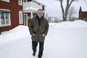 Åke Schwartz kan inte luta sig tillbaka som pensionär. Han sysselsätter med sitt dataföretag och nu med Degernässimmet som kanske är svårt att föreställa sig då isen täcker Möckeln.