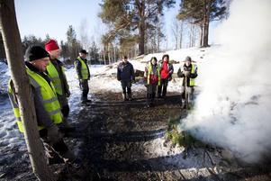 PAUS. Rolf Iivari, Bo Andersson, Ove Lundholm, Marie Brandtman, Birgitta Blomberg, Åsa Öström och Stig Eriksson pustar ut vid elden. Alla är i fas 3 i jobb- och utvecklingsgarantin och sysselsätts av Gävle kommuns arbetsmarknadsenhet.