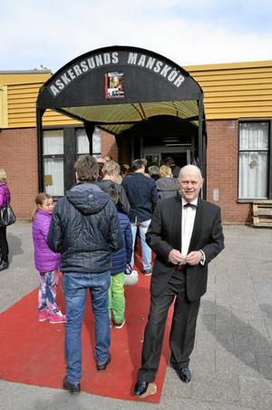 Örjan Samuelsson hälsade publiken välkomna i entrén till Närlundahallen.
