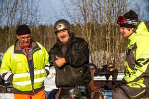 På Bonnbagers skoterfestival för veteranskotrar blir det mycket snack om motorer som krånglar. Göran Dellentoft och Börje Nordin pratar diselmotorer på skotrar.