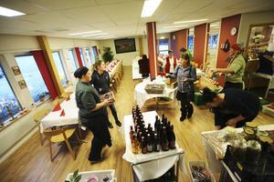 Hamregårdens matsal förvandlas till en fin restaurang. Lena Flaten har hjälp av tio personer som snabbt dukar upp det överdådiga julbordet.