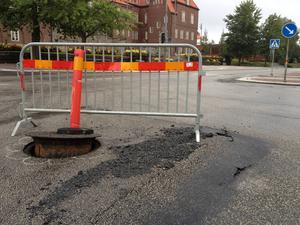Ett brunnslock har tryckts upp ur marken och asfalten har tryckts upp i korsningen Rådhusgatan - Biblioteksgatan i Östersund.