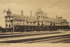 I väntan. Framför det utsmyckade stationshuset väntade flera på tåget som kronprins Gustav åkte med.