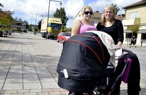 Tråkigt! Lina Nykvist och Evelina Elmunen känner en del som arbetar på Esab och tycker att varselbeskedet är mycket tråkigt.