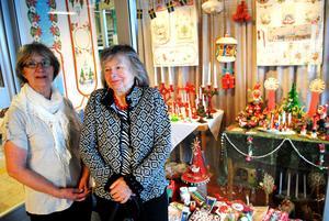 Inger Baier och Britta Backman t.h. har ställt i ordning julutställningen i Medborgarhuset. – Det här är äkta nostalgi, säger de.
