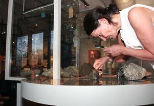 Mineraler i montrar är kvar. Men också möjliheten att känna, prova, lukta och skrapa. Ann-Sofie Axelsson, utställningsproducent, visar.