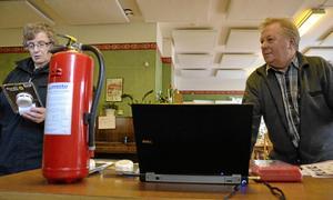 Berit Johansson och Alf Gustafsson fick information om brandskydd på gårdagens säkerhetsdag på Frivilligcentralen.