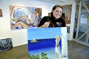 Ställer ut. Under mars ställer Johanna Westberg ut sina målningar på Stöökagatan. Där finns även beställningsporträtt hon fått via internet representerade. Foto: Göran Kempe
