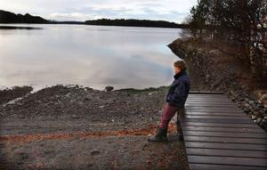 """Margaretha Sundberg från Fannbyn väntar på snön och isen. """"Vår vik hade lagt för tre veckor sedan, men nu har de blåst upp igen"""", berättar hon."""