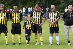 Före matchstart hölls en tyst minut för Stefan Lööf. Hans barnbarn Fabian spelade sedan från start tillsammans med Forsbacka IK.