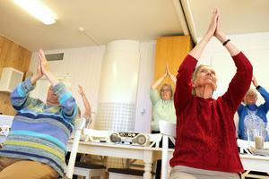 Birgit Lexborn och Ulla Olsson går på Åsgårdens gympa varje vecka och utför vant rörelserna.