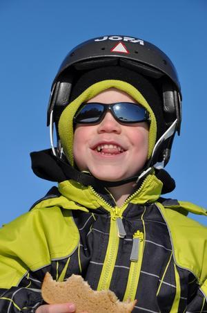 Underbar vinterdag på mälarisen innehåller naturligtvis ett fika med macka och choklad, tycker Jakob 5år.