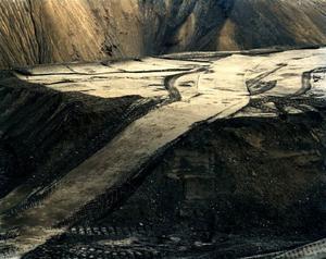 Otroligt snygga men med ett obehagligt innehåll är Pétur Thomsens foton där grävskopornas spår bildar dekorativa mönster i det våldtagna landskapet. (Pétur Thomsen, Imported Landscape, AL3 1d,  Kárahnjúkar, Iceland, 2003. Archival Inkjet print. Courtesy of the artist.)