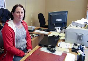 Sara Hellsten på kontoret där fyra anställda samsas om utrymmet.