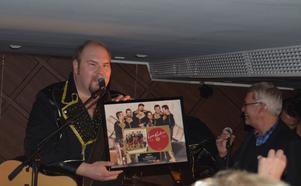 Larz Kristerz fick på torsdagen ta emot en guldskiva, bara ett dygn efter skivsläpet. Här är det Peter Larsson som får sin av Lasse Höglund på Sony vid spelningen på ett hotell i Stockholm på torsdagskvällen.
