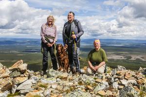 Eva-Britt och Jan-Erik Nordstrand hade med sig hunden Bruno på turen upp till Lillfjället. Anna-Karin Kristoffersson guidade och berättade om den unika naturen längs vägen upp.