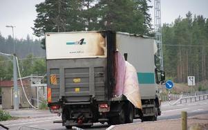 Lastbilschuffören lyckades hålla förarbilen på vägen även om också den sveddes av elden. Han chockades svårtFOTO: KERSTIN ERIKSSON