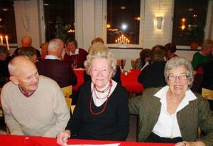 De glada Teliaseniorerna vid julbordet är Jakke Sjöberg, Ingrid Ström och Elvy Blom.Foto: Sture Björk