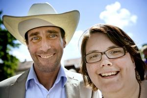 Mikael och Therese Rixon, 38 och 30 år, Örebro.–Nä, för vi är ju redan gifta! Vi hade ett westernbröllop för fyra år sedan på Jultorp ransch. Vi träffades genom en kompis, så det var inte genom en dröm.