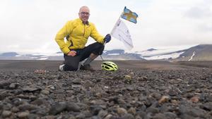 Erik Olsson mitt i högländerna med en glaciär i bakgrunden