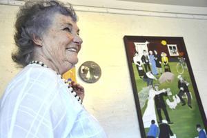 Wera Dahlgren framför sina konstverk i Ödbergska Gården.