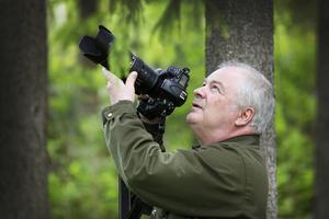 När Göran Ekström går ut i naturen brukar han först ta en timme och lugna ner sig, ta en fika, sätta sig ner och lyssna. Allt för att lyckas se det som finns på plats, som man annars kanske missar.   – Då öppnar sig skogen som en stjärnbeströdd himmel,  säger han.