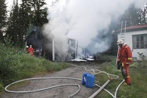 Arbrås räddningstjänst lyckades få kontroll på branden i en stuga i Vallsta by