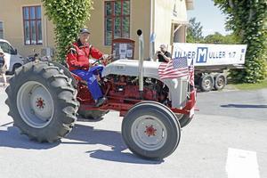 Bertil Andersson äger 23 traktorer varav 22 är veterantraktorer. Här ses Mr Ford som han kallas på en av alla sina maskiner.