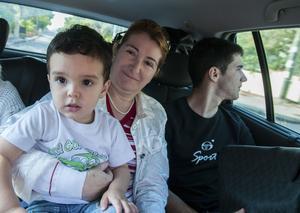 Liviana Murgia driver restaurangen Su Nuraghe i Possada. Här tillsammans med sitt barnbarn.