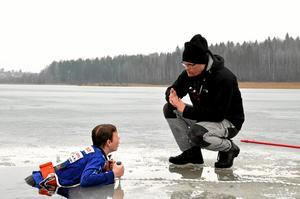 Lugnande. För att lära sig hantera chocken av det kalla vattnet bad Stefan Eriksson eleverna stanna kvar en stund i vattnet.