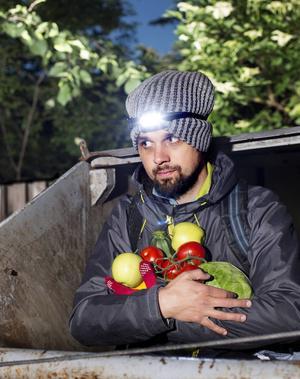 Andreas Jacobsson lever på mat som andra kastat bort och har skrivit om det i sin bok