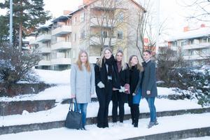 Clara Larsson, Alva Hägglund, Elsa Isacsson, Tilly Ekeberg och Vilma Holmlund, som går tredje året på samhällsvetenskapliga programmet, åker snart till Indien.