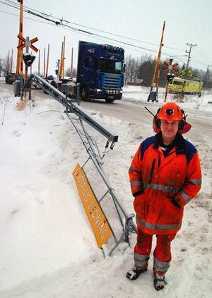 Banverkets reparatör Stig Edström, Hoverberg, vid det nedrivna arrangemanget vid järnvägsövergången i Gällö.Foto: Ingvar Ericsson
