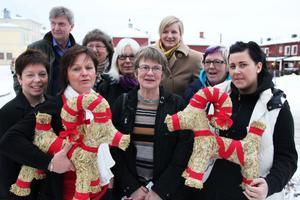 Alla hjälps åt med julaktiviteterna i centrum, berättar längst bak från vänster Roger Walter, Lilian Hjorth, Birgitta Backman, Evelina Envall och Maggan Wennberg, längst fram från vänster Anna-Lena Furuström, Ulrica Josefsson, Anna Mårtens Björk och Sofia Wennberg.