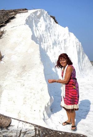 Ann-Chatrin Andersson guidar oss till saltgruvorna.   Foto: Annika Erixån