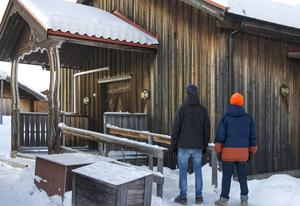 Arvid Bergman och Jonte Fundin utanför lokalen på Risnäset som de vill ha som replokal.