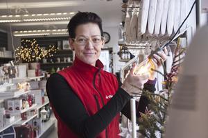 """Maria Vedholm på Elkedjan i Fagersta berättar att de industriella lamporna, så kallade grislampor, är väldigt populära bland kunderna. """"Gamla grislampor kom för något år sedan och är nu väldigt populära"""", säger hon."""