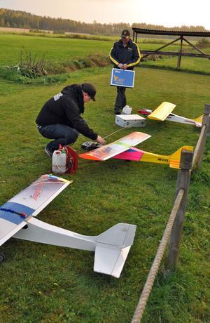 Jesper Hellström Östling och Ulf Höglin med ett par av planen som flygklubben flyger med.