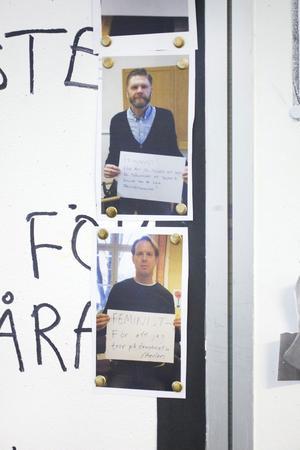 Flera lärare har satt upp bilder på sig själva på tavlan för att visa sitt stöd. På bilderna håller de i plakat med texter som förklarar varför de är feminister.