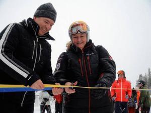 Martin Leitner från liftbolaget och handelsminister Ewa Björling fick äran att klippa bandet till nya liften, den så kallade Fjällgårdsexpressen.