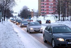 Köbildning. Infarten till Mosaiken är en trafikpropp i centrala Sandviken. På eftermiddagarna blir det ofta långa köer. En lösning med ytterligare en infart till affärsområdet några hundra meter längre österut presenterades på tisdagen för politikerna i kommunstyrelsen.