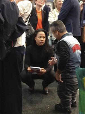 På bokmässan i Göteborg överlämnade Laurentsio ett exemplar av sin självbiografi till kulturminister Alice Bah.