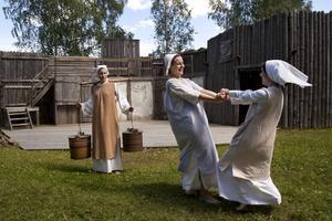 Det stora oväsendet gestaltar en tid då var femte kvinna blev avrättad i Torsåker pastorat. Anneli Björklund till vänster, tillsammans med Malin Eriksson och Mikaela Engman.