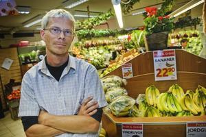 """Klar förbättring. Ica-handlaren Magnus Larsson fick jaga myggen inne i affären förra året. """"I år har jag inte haft några myggor alls här inne. Bekämpningen är nödvändig"""" säger han."""